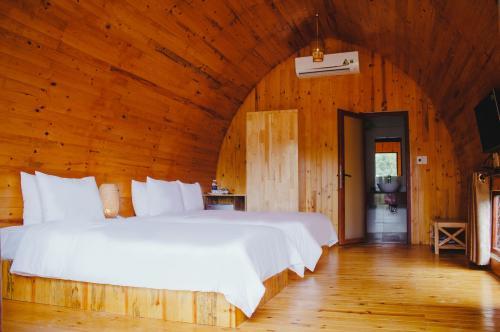 Giường êm, rộng rãi thoải mái/ Large and comfy bed