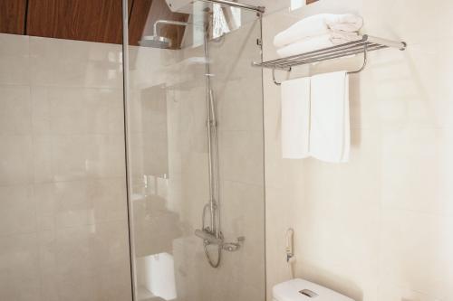 Nhà vệ sinh hiện đại sạch sẽ / Clean modern toilet