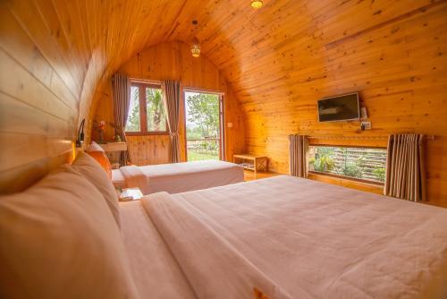 Mỗi phòng Farm được bố trí 1 giường đôi và 1 giường đơn/ Each Farm Room has 1 double bed and 1 single bed